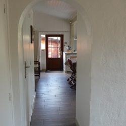 Vue vers cuisine du chalet de Villa Caroline au Cap Ferret